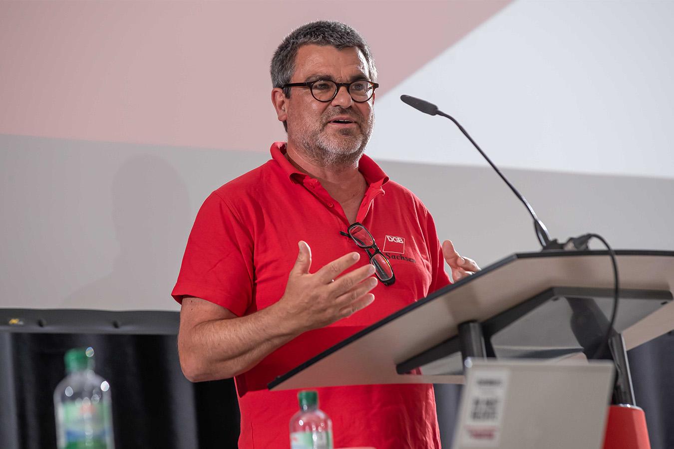 Ralf Hron spricht ins einer Funktion als Gewerkschaftler