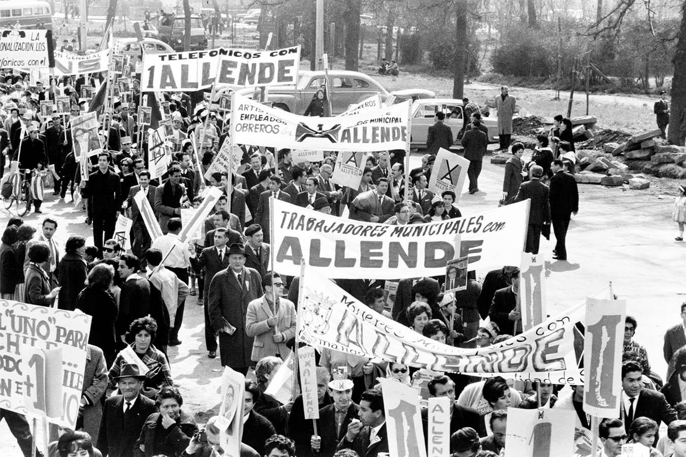 Demonstranten unterstützen den Wahlkampf von Salvador Allende im Jahr 1964