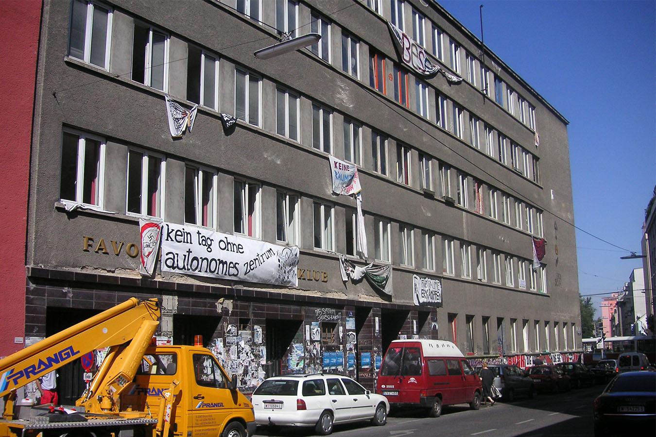 Das Ernst Kirchweger Haus in Wien mit autonomen Transparenten